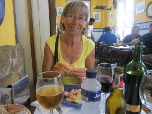Dagens lunch; förrätt, huvudrätt, efterrätt inklusive vin, vatten och öl för knappt tio euro per person